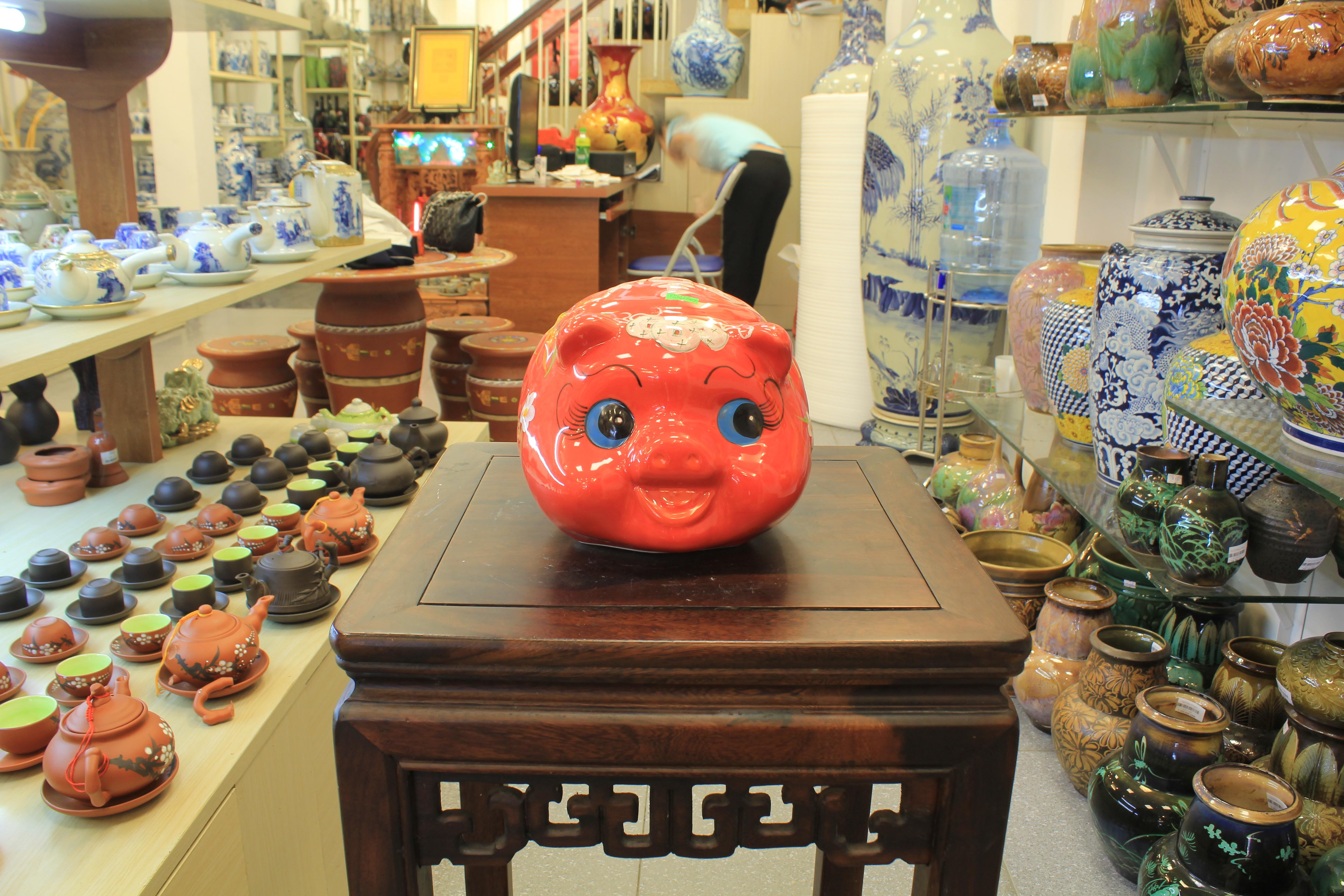 Mẫu heo đất màu đỏ với hình dáng hạo tiết đơn giản nhưng không kém phần đẹp mắt và nổi bật bởi những nét dễ thương từ mũi miệng mà những người thợ làm gốm tạo nên
