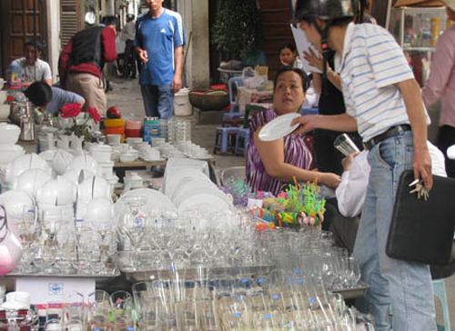 Bát đĩa Trung Quốc kém chất lượng được bày bán khắp ngoài chợ