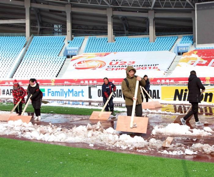 Chủ nhà Trung Quốc đang dọn dẹp sân cỏ