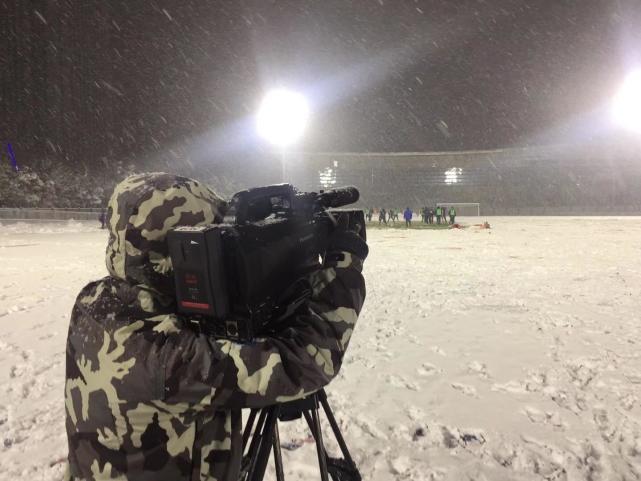 Phóng viên ghi hình quá trình tập luyện tại sân cỏ ở Trung Quốc