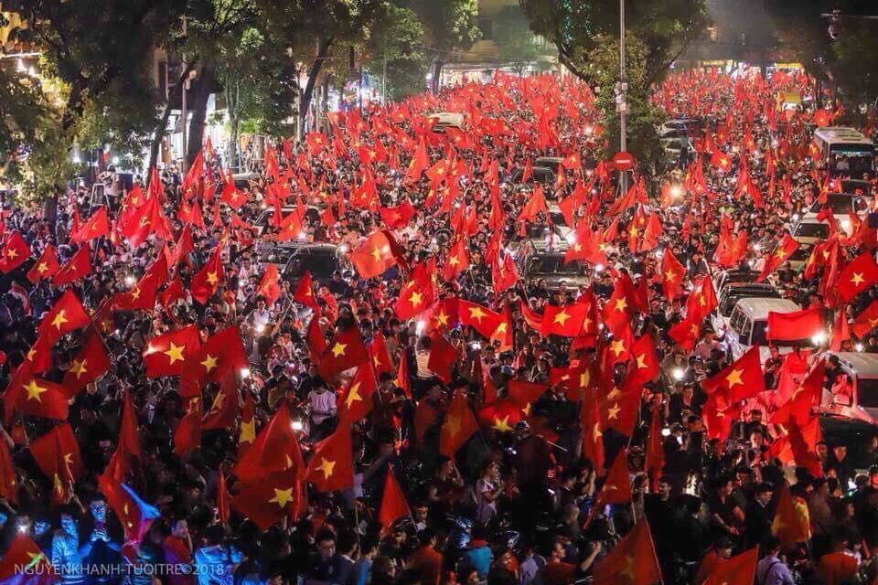 Đường phố ngập cờ đỏ sau chiến thắng trận bán kết của đội tuyển U23 Việt Nam