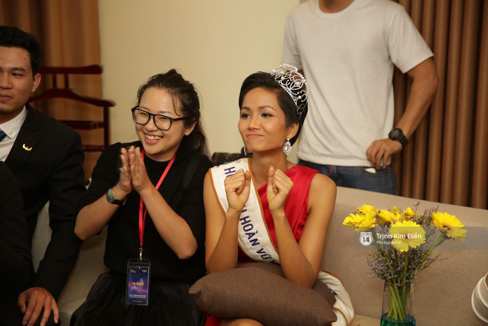 Hoa hậu hoàn vũ hết lời khen ngợi thủ môn Bùi Tiến Dũng trong khi coi trực tiếp trận bán kết vừa qua
