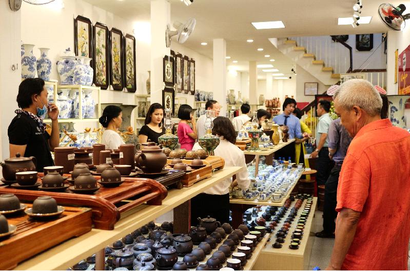 Cửa hàng gốm sứ tại Quận 1 luôn tấp nập khách hàng đến chọn mua sản phẩm