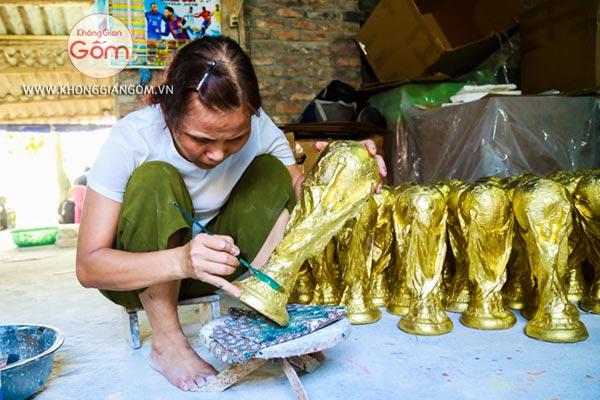 Quy trình sản xuất tỉ mỉ từng chiếc cup vàng thạch cao tại làng gốm Bát Tràng - Bán cup vàng tại TPHCM